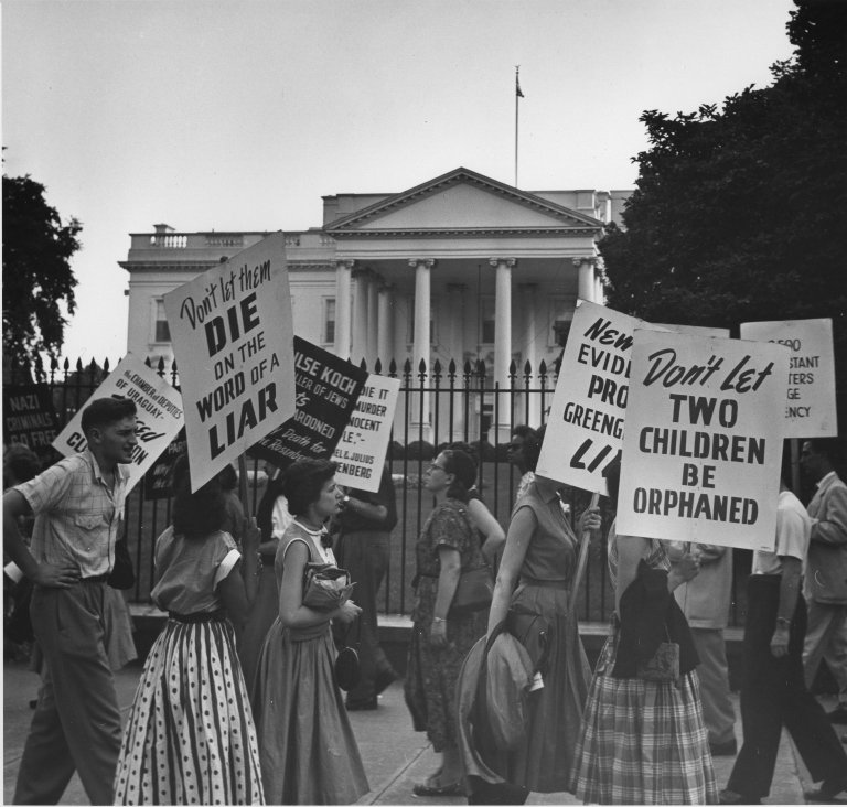 Protesters at the White House picketing for the lives of Julius and Ethel Rosenberg